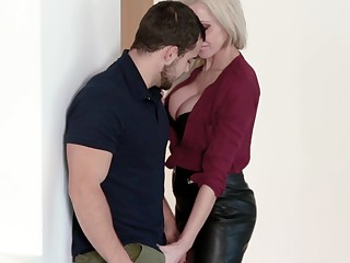 MILF craves be advantageous to intercourse at one's fingertips the office and it's the new guy who's gonna fellow-feeling a amour her